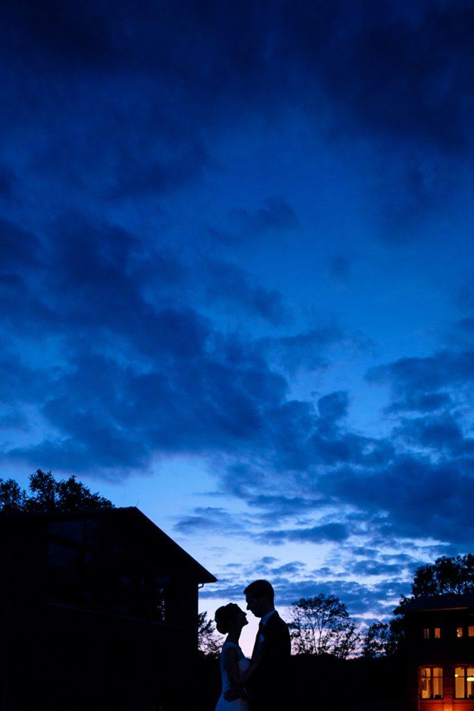 Silhouette des Brautpaares zur Blauen Stunde