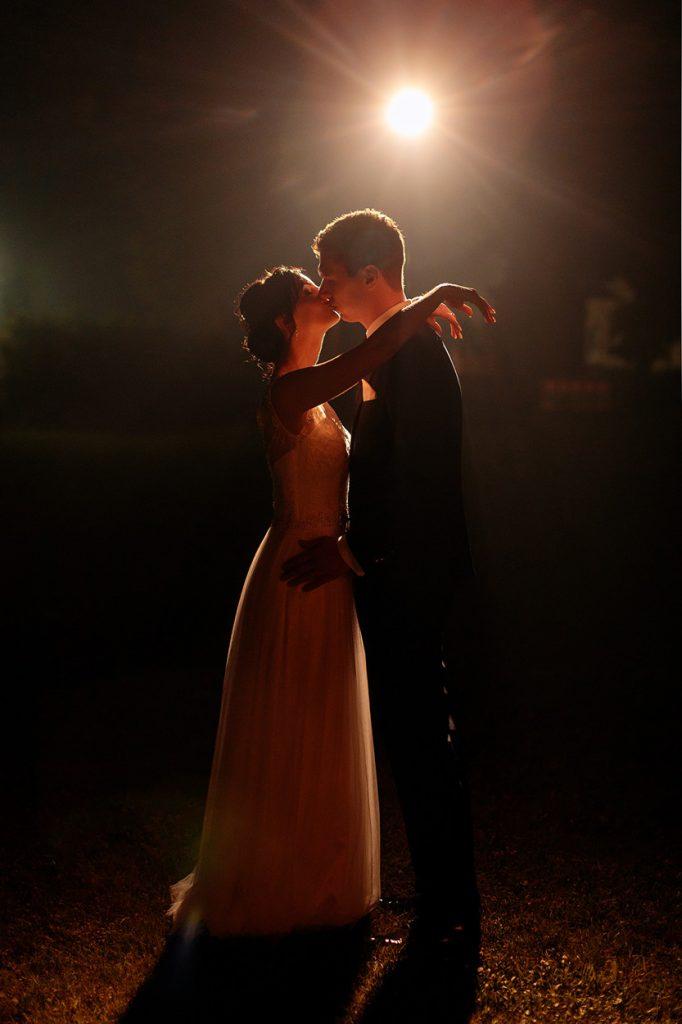 Das Brautpaar am Abend auf dem Landgut Stober