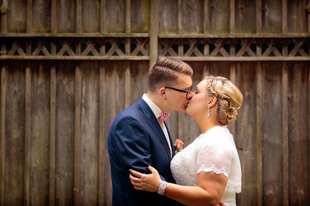 Küssen ist während der Hochzeitsfotos natürlich auch erlaubt