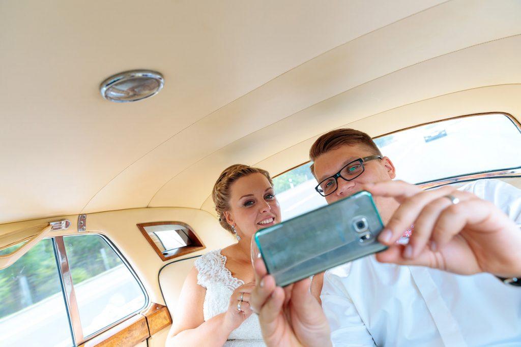 Zusammenrücken auf der Rückbank im Hochzeitsauto!