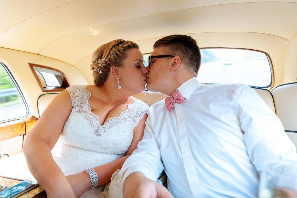 Und dann schießen auch wir natürlich noch ein Foto vom Brautpaar im Hochzeitsauto