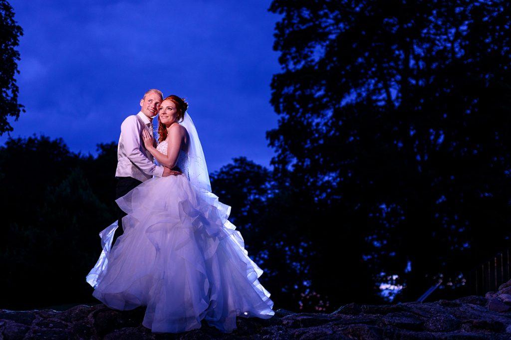 Hochzeitsfoto am Abend zur blauen Stunde