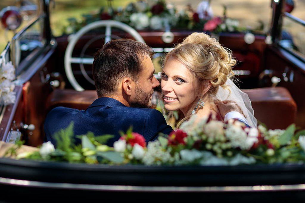 Das Brautpaar auf dem Weg zur Location der Hochzeitsfeier, dem Vierseithof Schmole