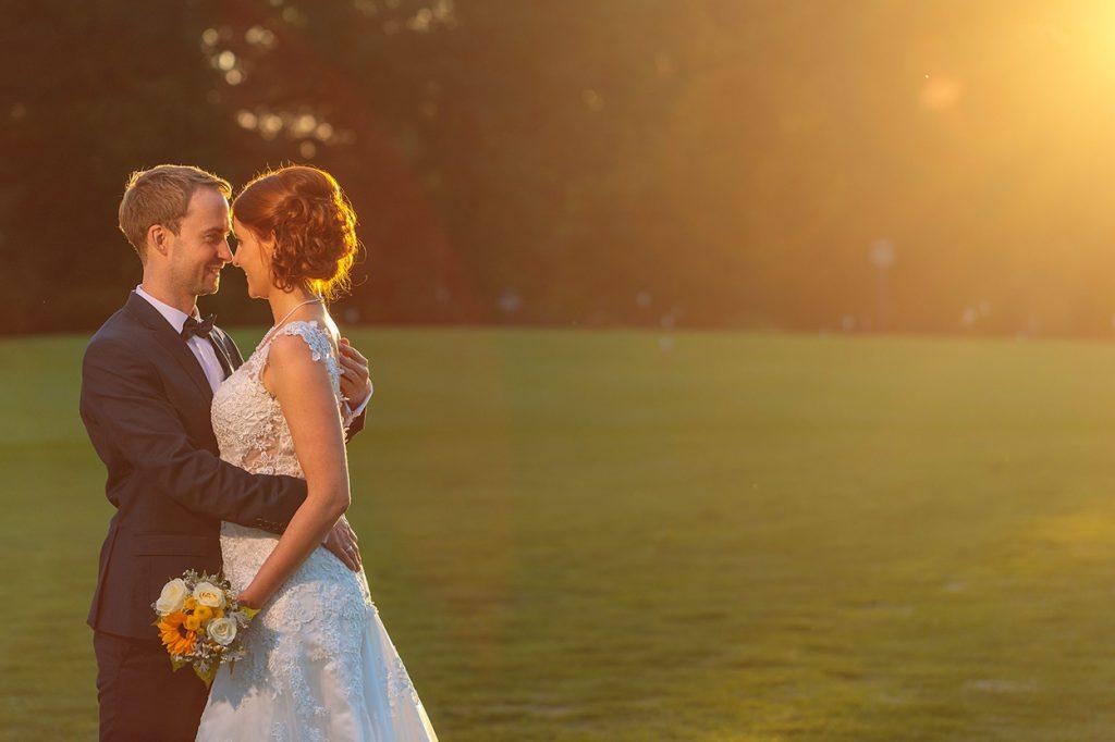 Das Brautpaar im Sonnenuntergang