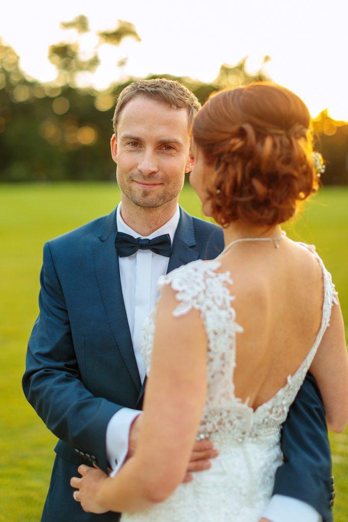 Hochzeitsfotos vom Brautpaar beim Sonnenuntergang