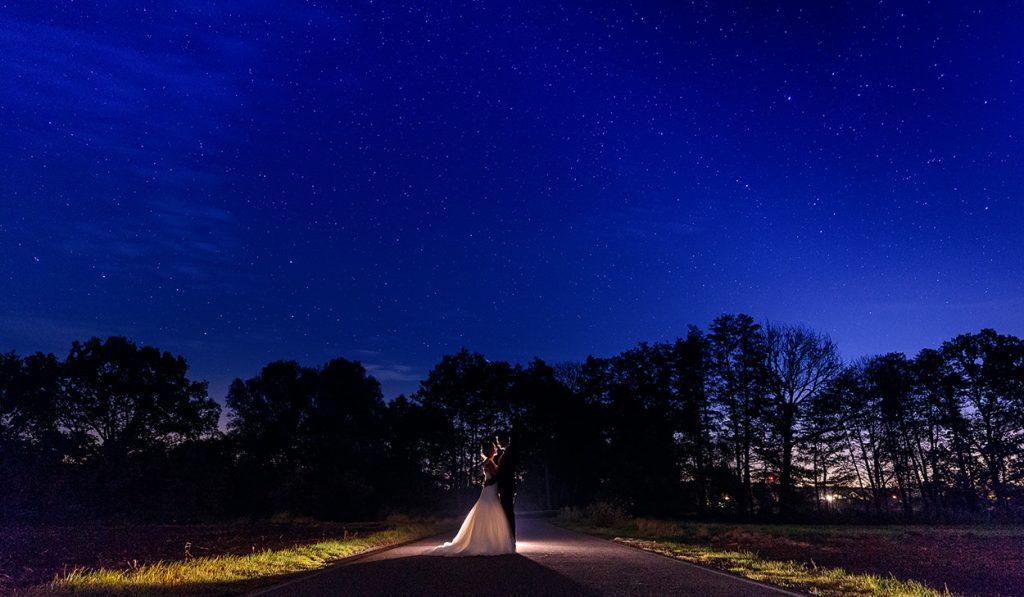 Das Brautpaar am Abend unter dem Sternenhimmel