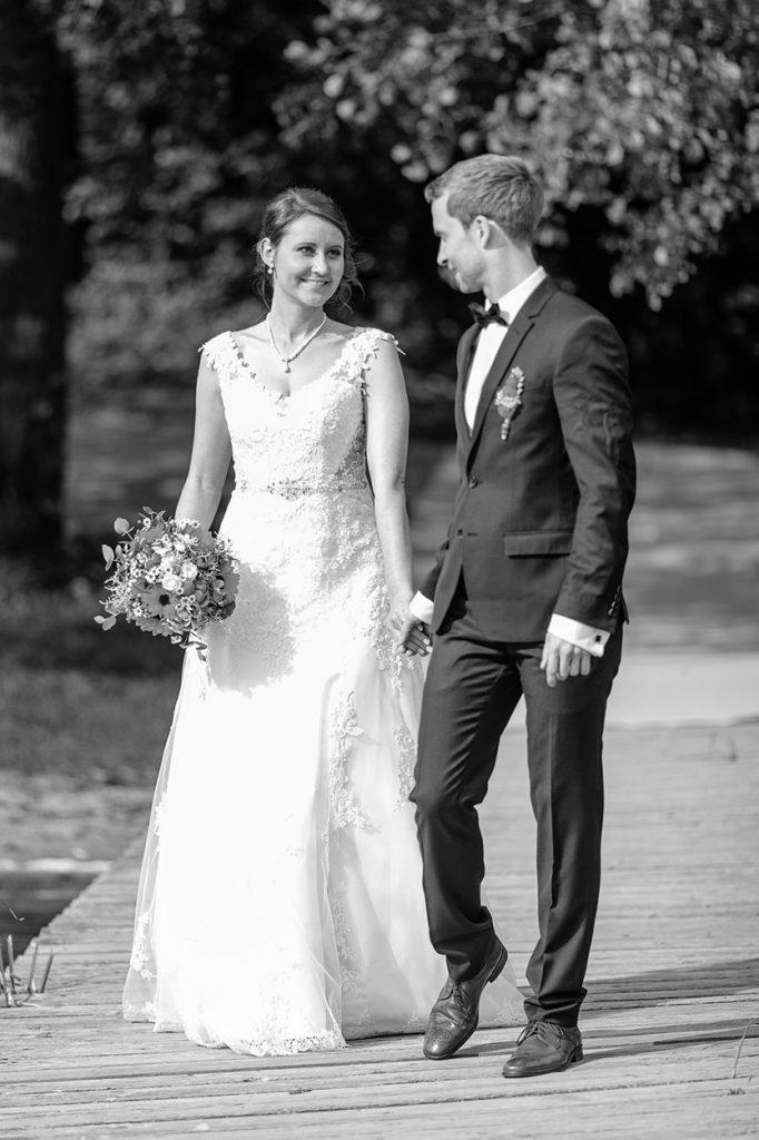 Hochzeitsfotos vom Brautpaar am Strand vom Scharmützelsee