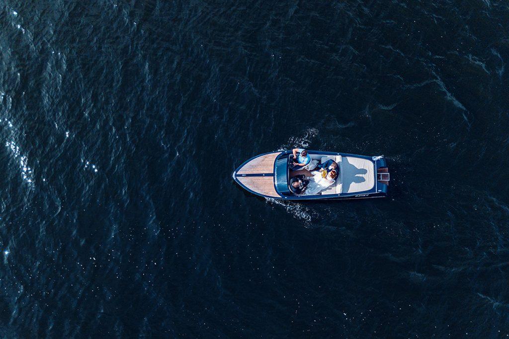 Drohnenfoto vom Brautpaar im Boot auf dem Weg zum A-Rosa Resort