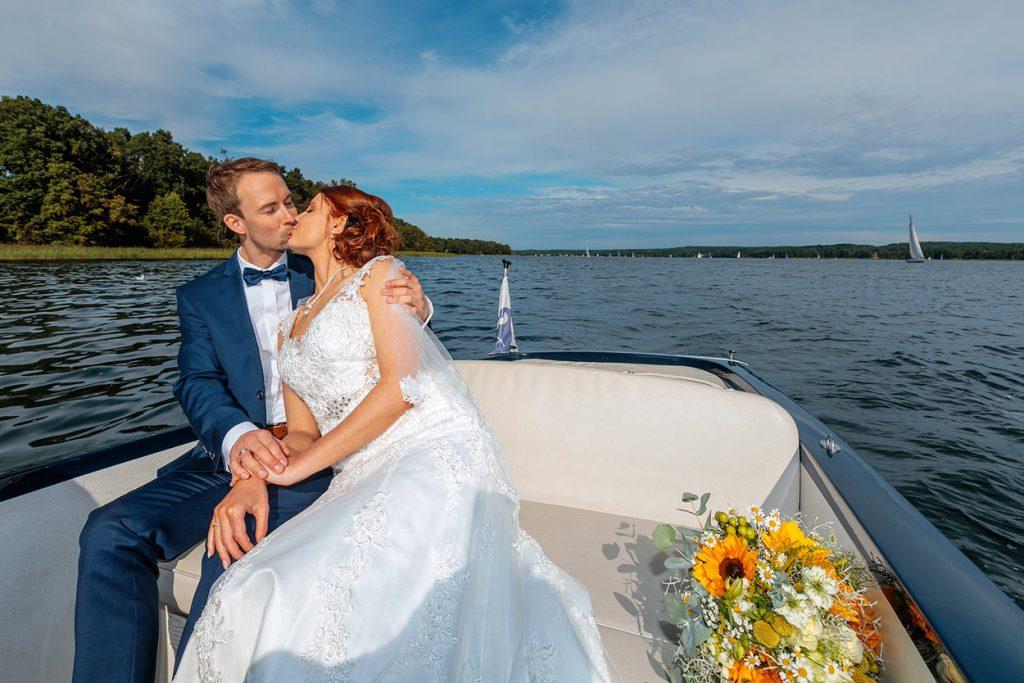 Brautpaar im Boot auf dem Weg zum A-Rosa Resort