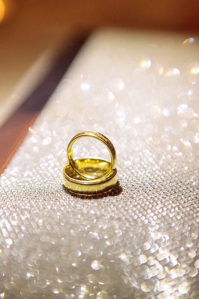 Die Eheringe des Brautpaares im Detail