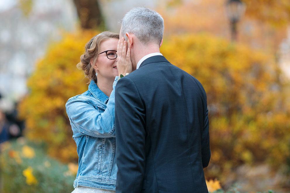 Ein inniger Moment zwischen Braut und Bräutigam