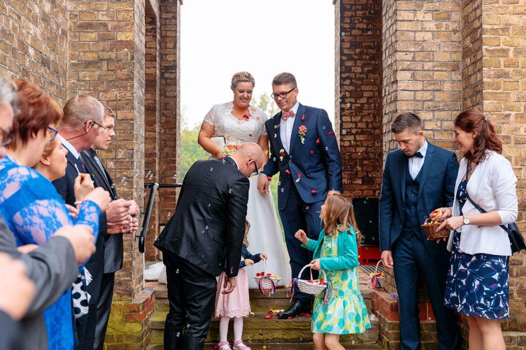 Das Brautpaar verlässt die Dorfkirche Petzow nach der Trauung