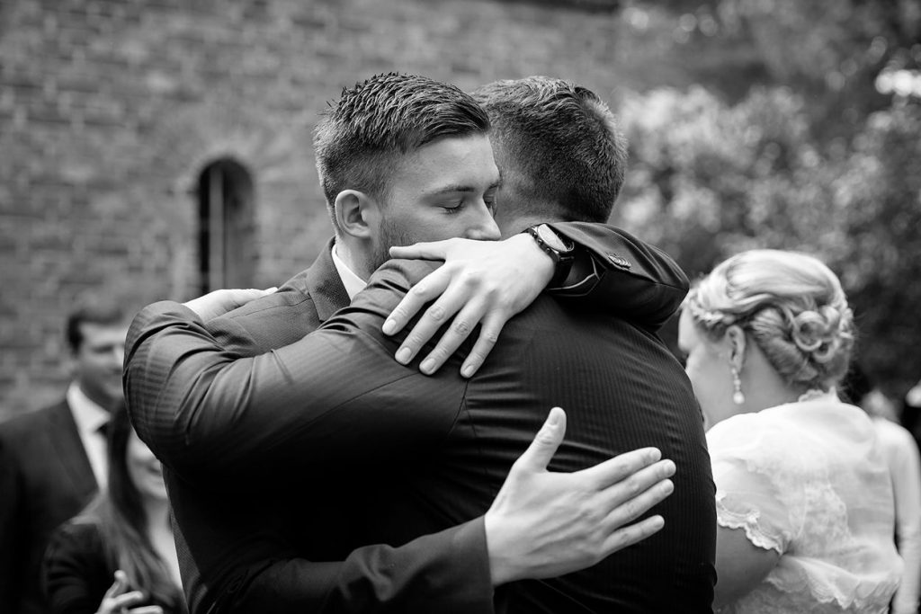 Beglückwünschung der Bräutigams nach der Trauung
