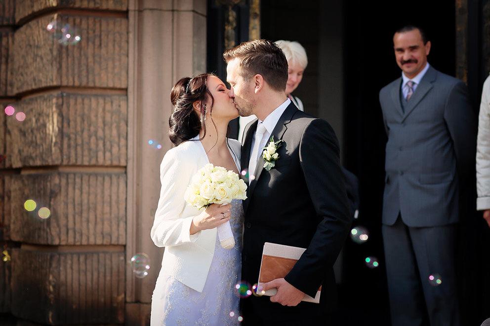 Das Brautpaar vor dem Rathaus Potsdam nach der Trauung