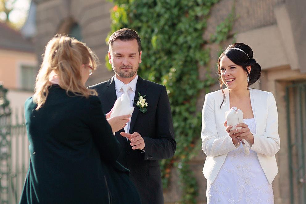 Brautpaar bekommt weiße Tauben