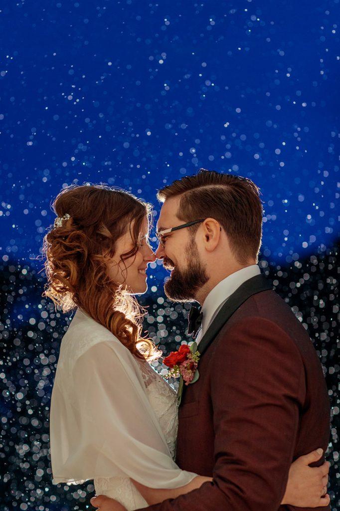 Hochzeitsfotos am Abend im Regen