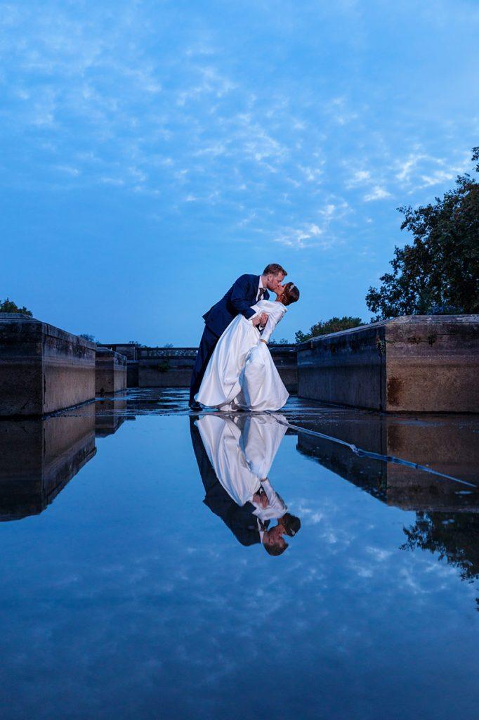 Märchenhaftes Hochzeitsfoto vom Brautpaar am Abend