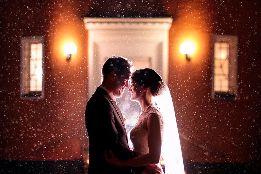 Brautpaar am Abend im Regen
