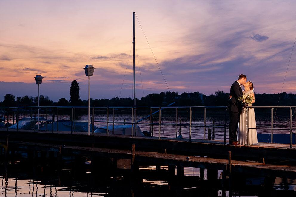Hochzeitsfotos zum Sonnenuntergang im Oktober
