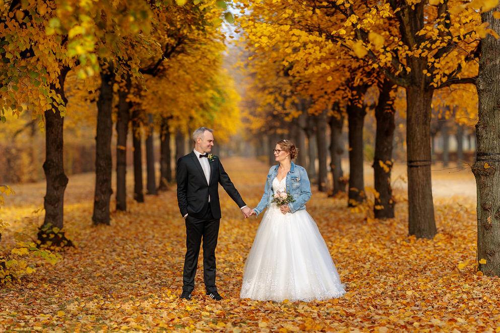 Ein Brautpaar im Schlosspark Charlottenburg im November