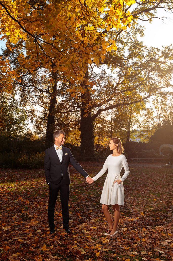 Brautpaar im herbstlichen Park in Berlin