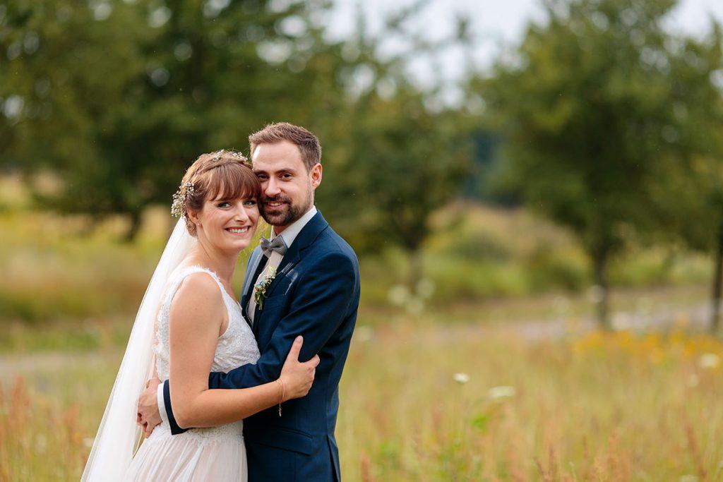Ein glückliches Brautpaar nach der Trauung