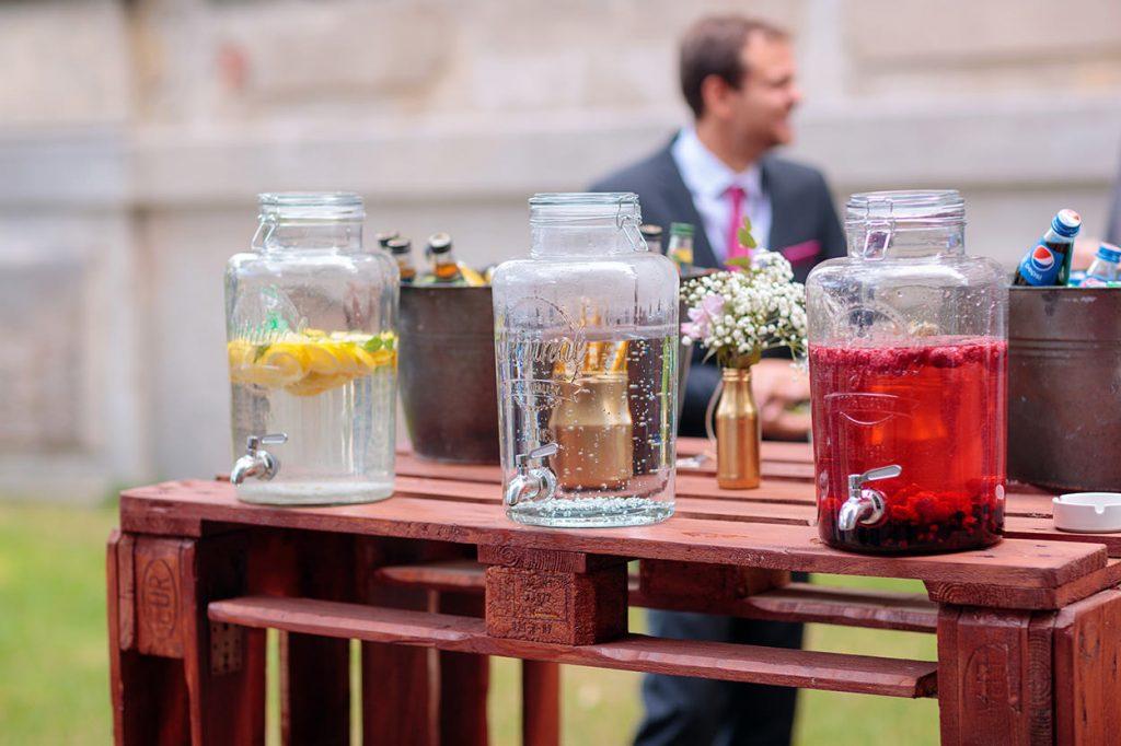 Eine Limonadenbar bei einer Hochzeit im Sommer