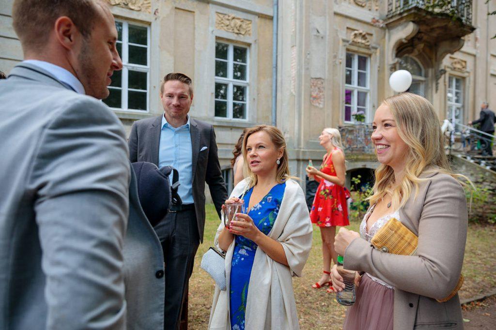 Die Hochzeitsgäste freuen sich über die kühle Erfrischung vor der Trauung