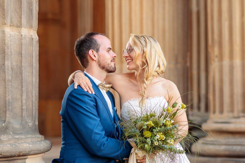 Liebevolle Blick zwischen Braut und Bräutigam bei den Hochzeitsfotos am Neuen Palais Potsdam