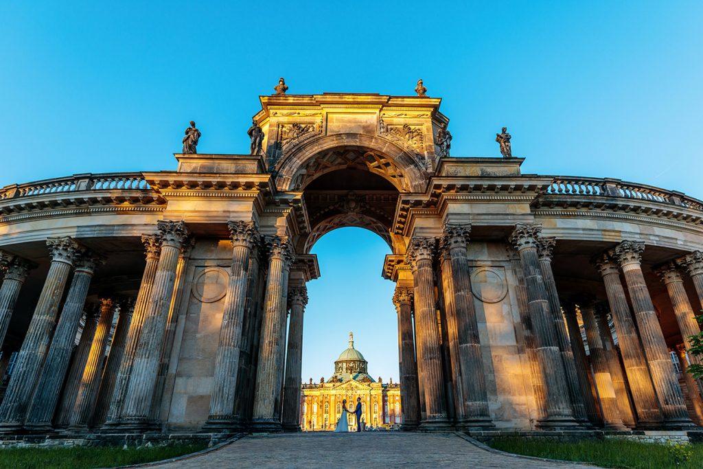 Epische Architektur und ein zauberhaftes Brautpaar während der Hochzeitsfotos am Neuen Palais Potsdam