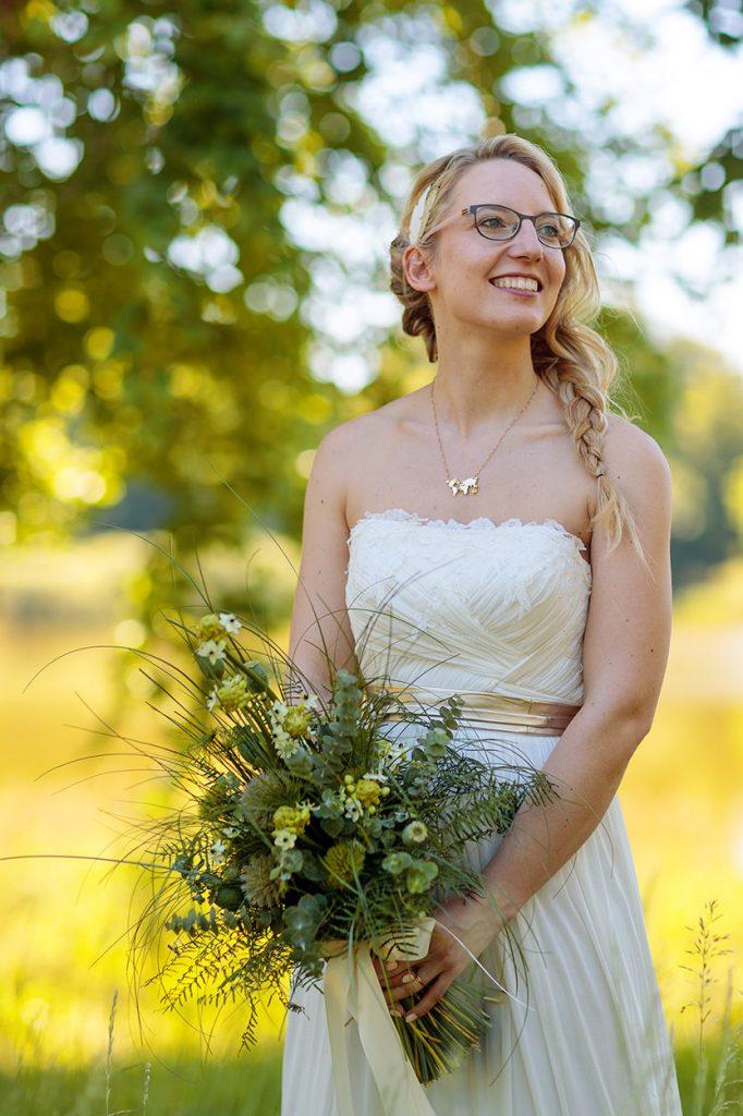 Eine strahlende Braut im Schlosspark Petzow