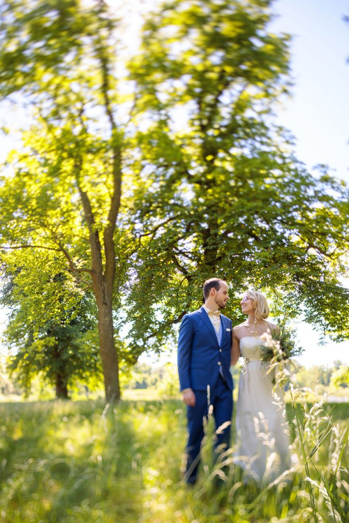 Das Brautpaar tauscht innige Blick während der Hochzeitsfotos