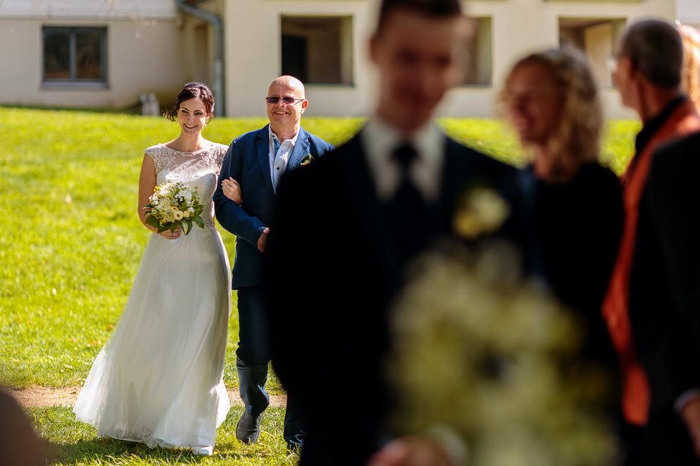 Die Braut wird von ihrem Vater zur Trauung geleitet