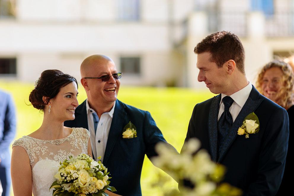 Der Brautvater übergibt seine Tochter in die Hände des Bräutigams