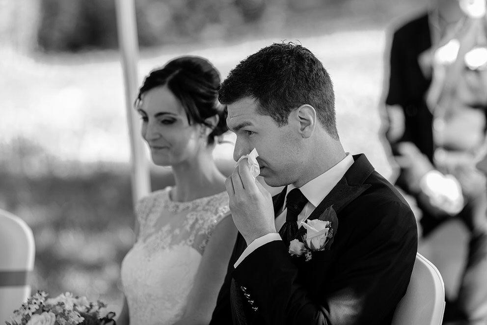 Der Bräutigam ist gerührt während der Trauung auf dem Landgut Stober