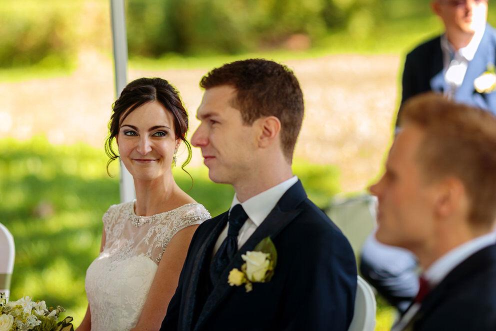 Die Braut blickt liebevoll ihren Bräutigam während der Trauung an