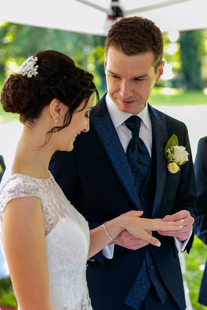 Ringtausch zwischen Braut und Bräutigam während der Trauung auf dem Landgut Stober