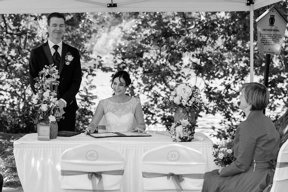 Die Braut unterschreibt die Hochzeitspapiere