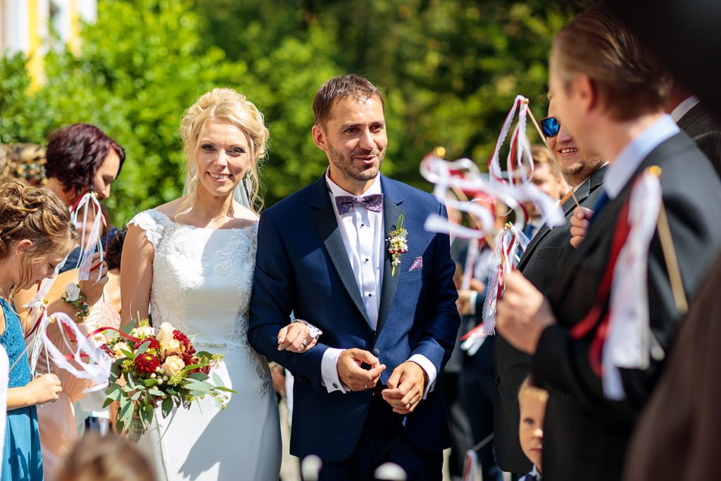 Beglückwünschung des Brautpaares nach der Trauung auf Schloss Neschwitz