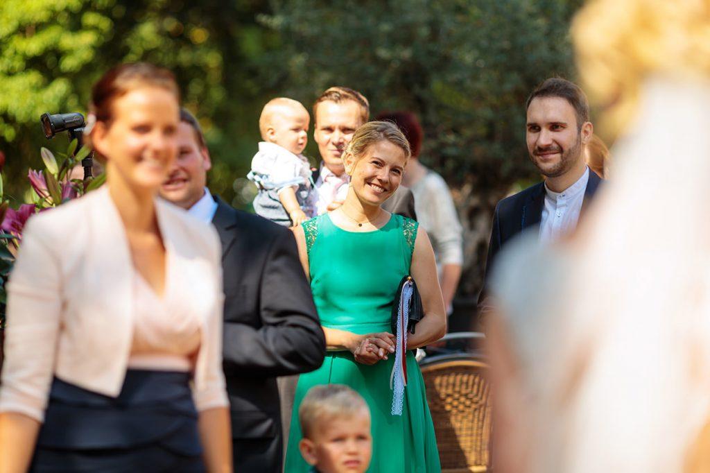 Die Hochzeitsgäste beobachten das Geschehen