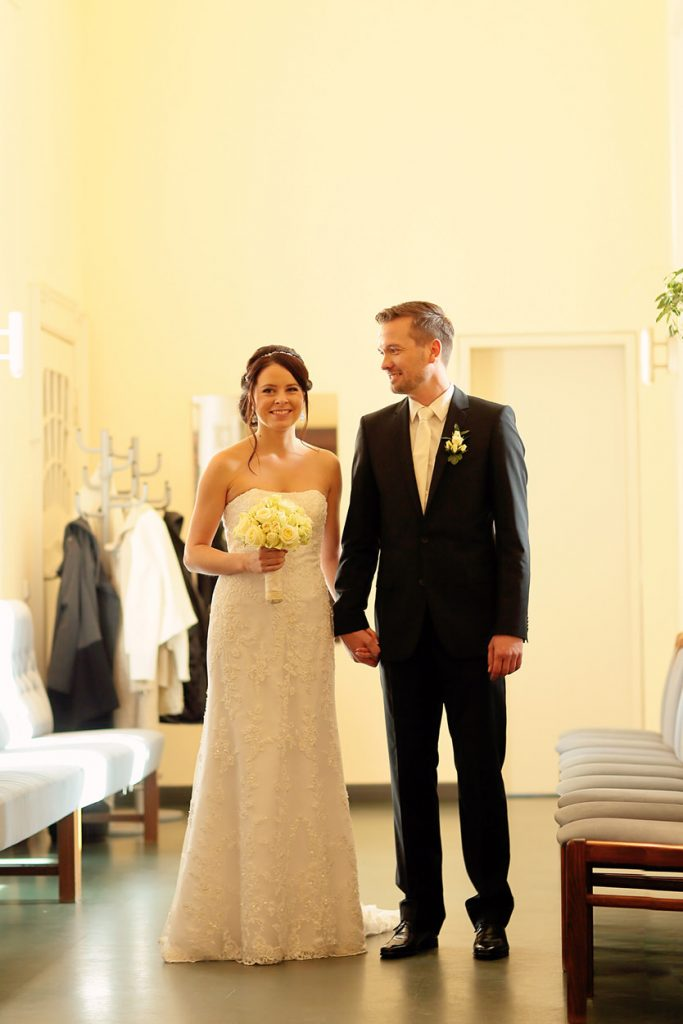 Das Brautpaar läuft gemeinsam ins Trauzimmer ein
