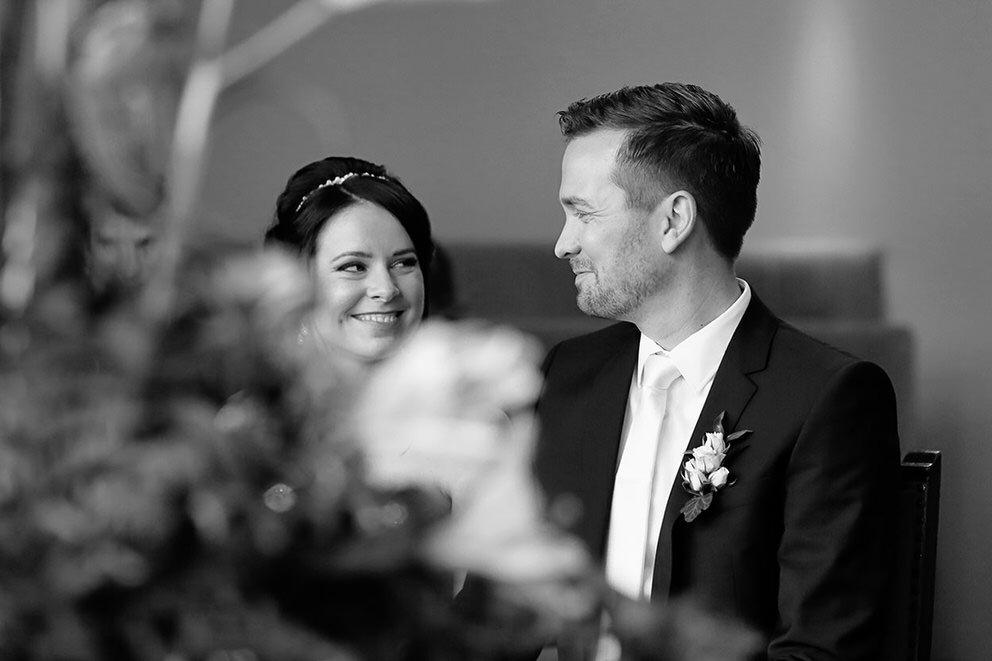 Ein glückliches Brautpaar nach dem Ja-Wort