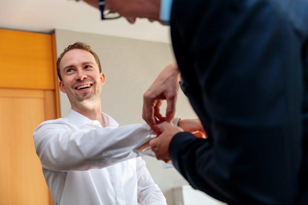 Der Bräutigam in bester Stimmung beim anziehen