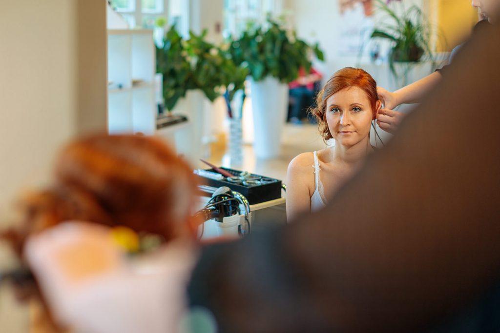 Die Haare der Braut werden gemacht