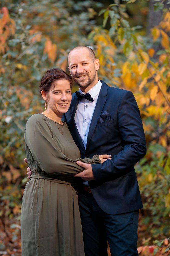 Hochzeitsgäste im Herbst