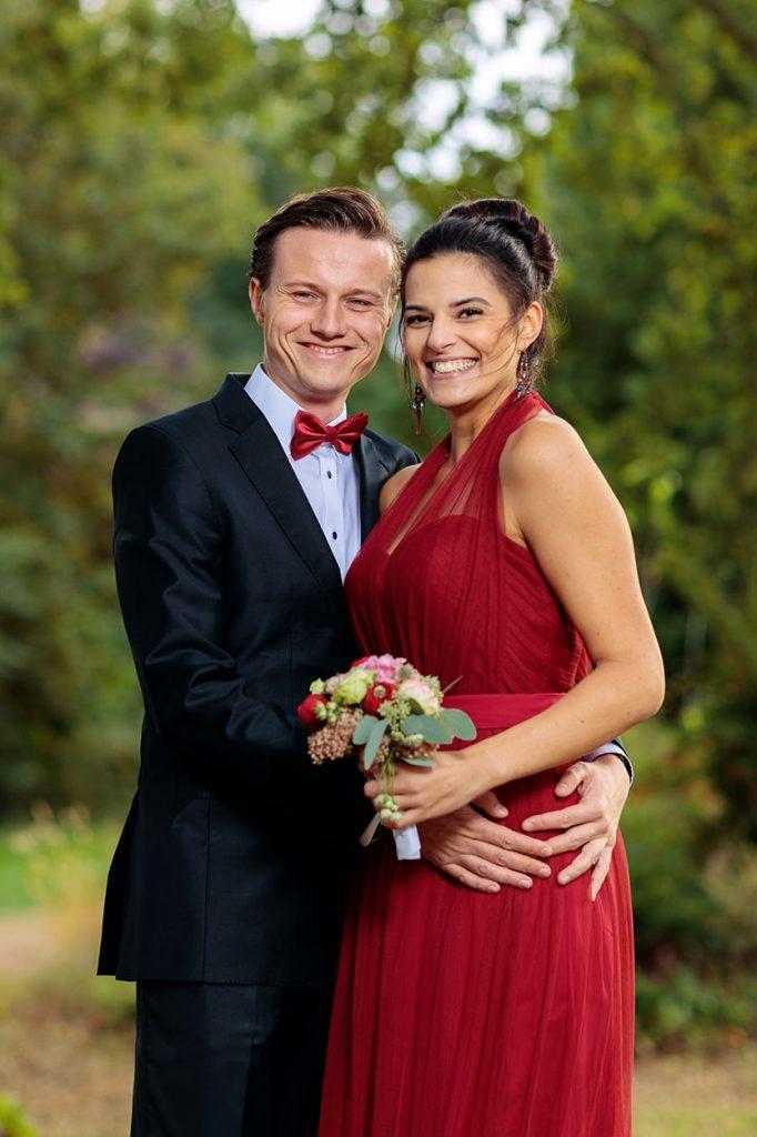 Absoluter Hingucker: ein dunkles rot für die Hochzeitsgäste