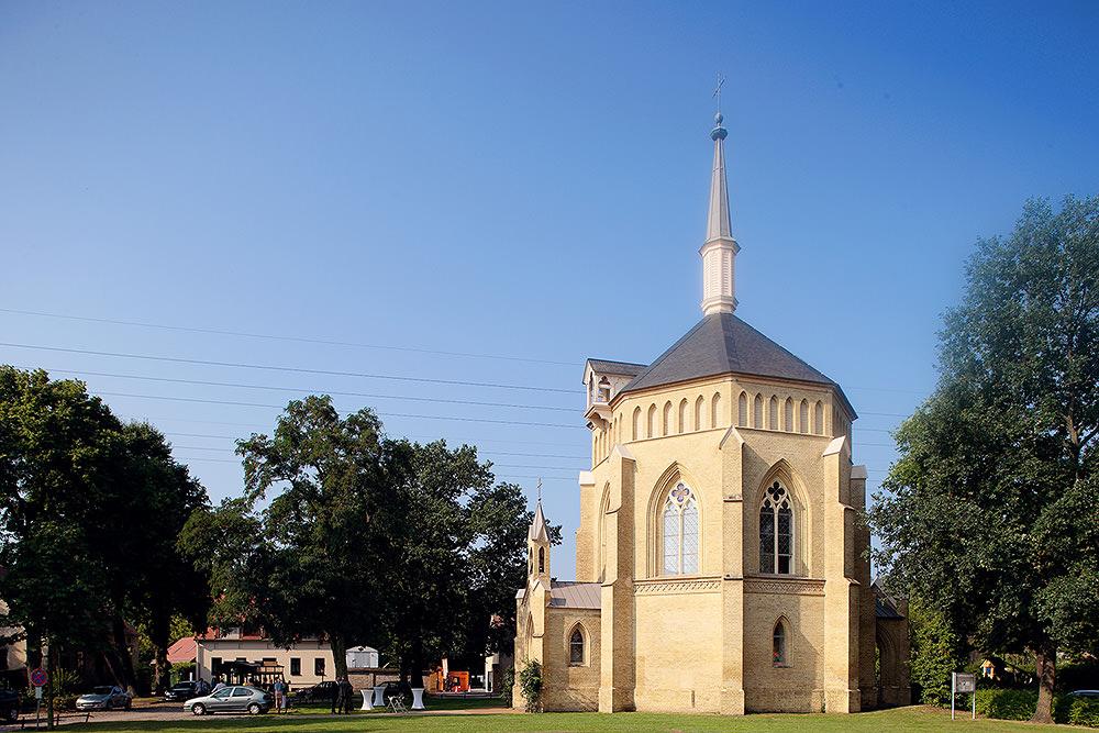 Ort der Trauung war die Alte Neuendorfer Anger Kirche in Potsdam Babelsberg