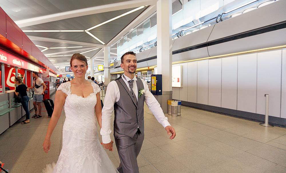 Braut und Bräutigam am Flughafen Berlin Tegel kurz vor dem Abflug nach Paris