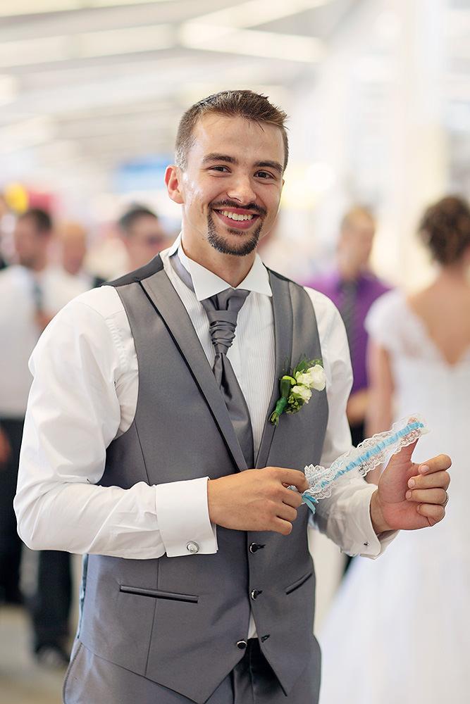 Der Bräutigam mit dem Strumpfband der Braut