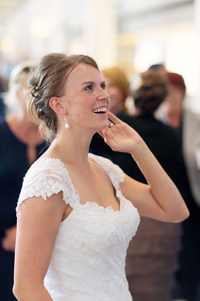 Bereit zum Abflug? Die Braut prüft die Abflugzeiten am Flughafen Berlin Tegel
